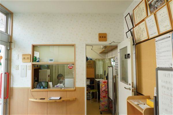 玄関入口と医務室